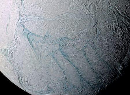 Encelado, luna di Saturno, ha un oceano di acqua liquida