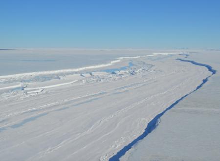 Enorme piattaforma di ghiaccio si sta staccando dall'Antartide