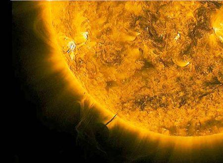 Gli UFO stanno succhiando energia dal Sole