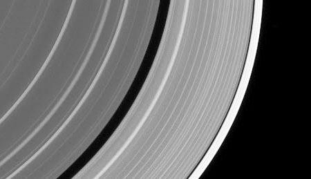 Un oggetto misterioso si è schiantato contro un anello di Saturno