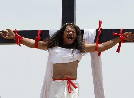 Crocifissione dei fedeli devoti nelle Filippine