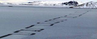 Disegni zigzag sul ghiaccio