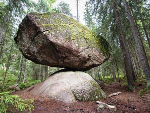 Il Kummakivi Balancing Rock sfida le leggi della fisica