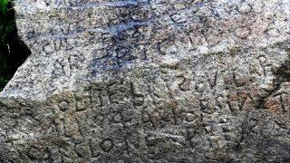 Antica roccia con iscrizioni